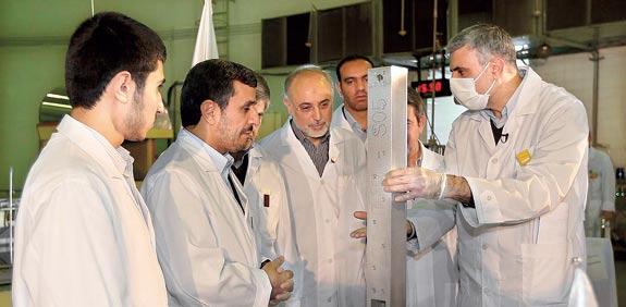 מחמוד אחמדיניג'אד במתקן גרעיני בטהרן / צלם: רויטרס